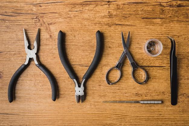 나무 배경, 가위, 분무기로 vaping 도구