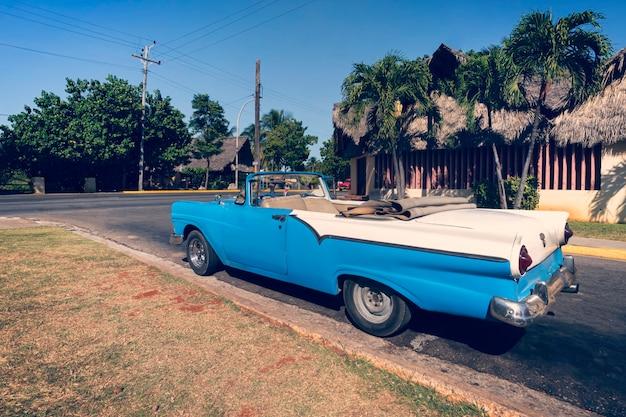 Варадеро, куба. 1 декабря 2019 г .: классический ретро-автомобиль припаркован на дороге в курортном городе варадеро.