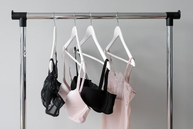 옷걸이에 매달려있는 브래지어의 다양성.