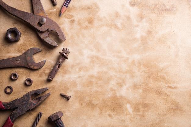 グランジ表面の古いさびた便利なツールのバリエーション