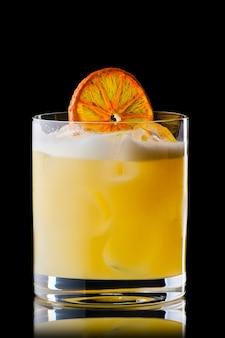 黒の背景に分離されたオレンジ色のシロップとウイスキーサワーカクテルのバリエーション
