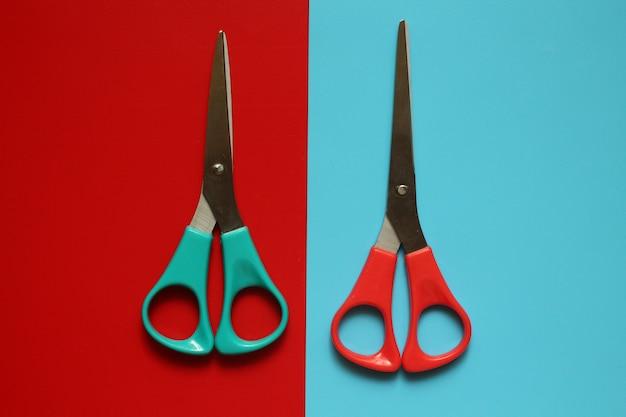 Вариации макетов канцелярских товаров, ножницы на цветном фоне