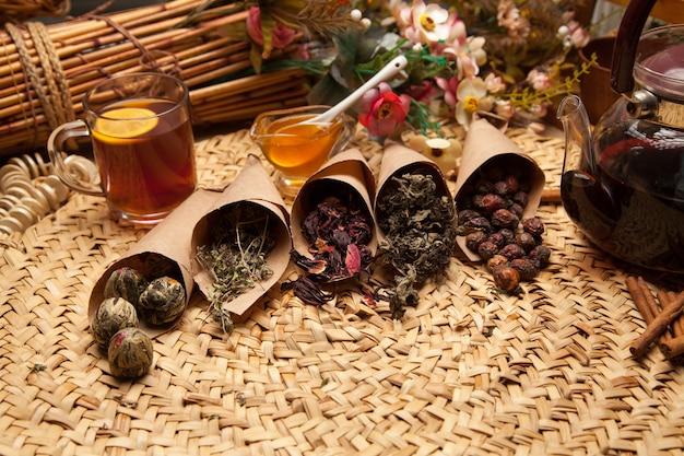お茶の調味料のバリエーション、栄養飲料の健康的な追加。アロマ調味料としてハーブを乾燥させます。