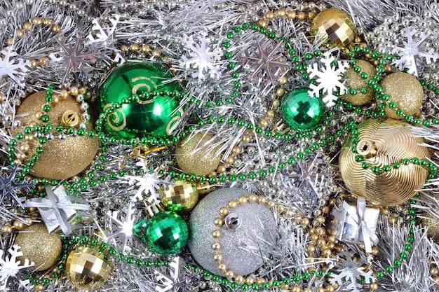 背景の色とりどりのクリスマスデコレーション