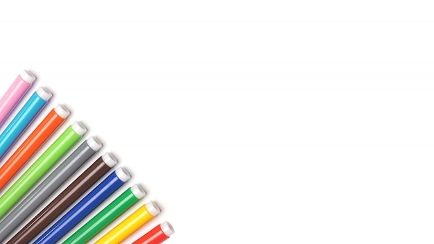 Разноцветные маркеры на белом изолированном пространстве.