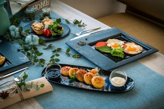 レストランでのさまざまな朝食オプション。木製のテーブルの上