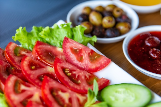 다양한 아침 식사, 토마토와 클래식 스크램블 에그를 곁들인 스크램블 에그 세트, 다양한 종류의 스낵
