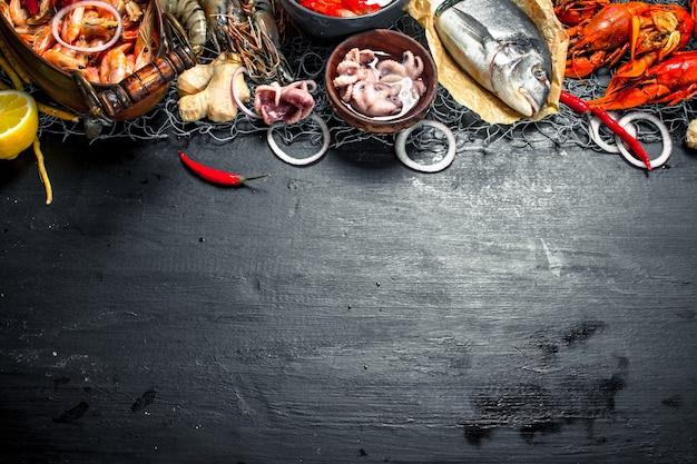 さまざまな新鮮なシーフード。黒い黒板に。
