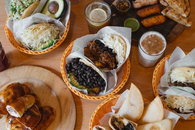 전형적인 베네수엘라 음식, arepas, teques 및 밀크 쉐이크의 다양한