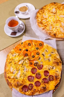 ソース付きのさまざまなピザ。木製のテーブルの上。