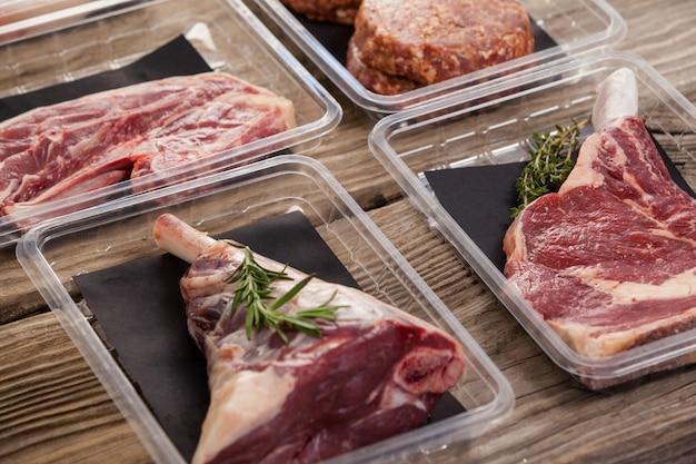 プラスチックの箱に入った肉の種類