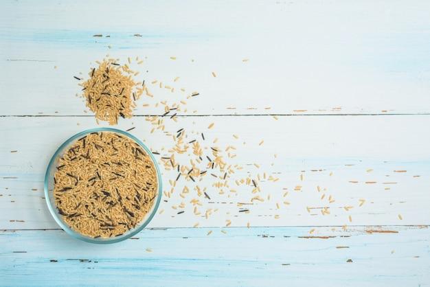 Сорта натуральных органических злаков в тарелках из круглого коричневого риса.