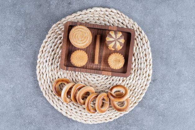 Una varietà di biscotti su un sottopentola
