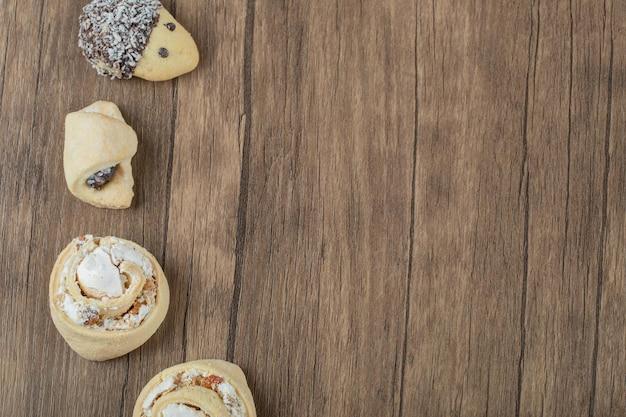 Varietà di biscotti in piedi su legno.