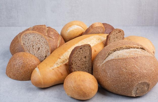 Varietà di pane croccante sulla superficie della pietra