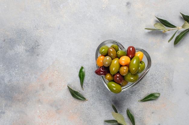 Varietà di olive intere verdi e nere.