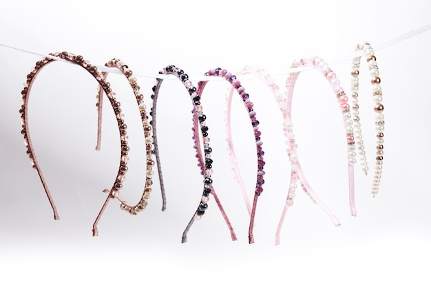 Разнообразные ювелирные ободки для женских волос в магазине. ручной работы