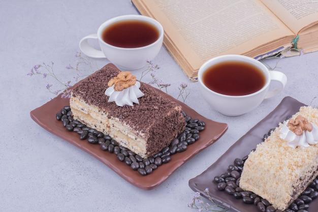 Varietà di torte medovic con due tazze di tè