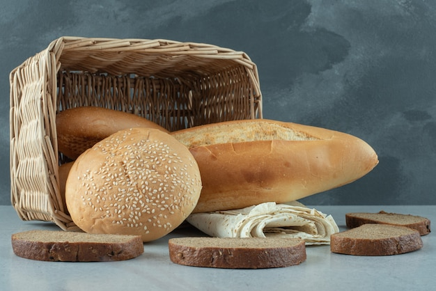 다양 한 바구니에 빵과 돌 테이블에 밀