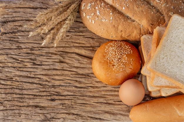 오래 된 나무 배경에 나무 테이블에 빵의 다양 한.