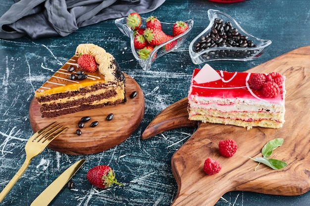 木の板にさまざまなケーキのスライス。