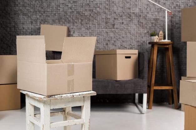 움직일 준비가 된 다양한 판지 상자