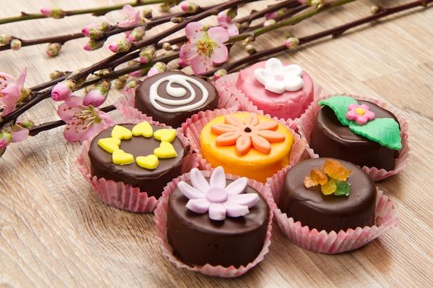 봄 꽃과 함께 다양한 카사 테 시칠리아 디저트 프리미엄 사진