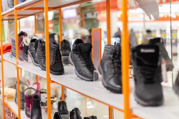 Разнообразие повседневной мужской обуви на витрине магазина