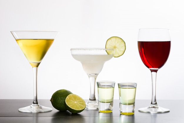 Разнообразие коктейлей на белой поверхности