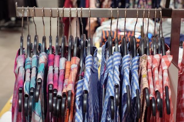 店内の棚には色とりどりのサマーシャツが並んでいます。