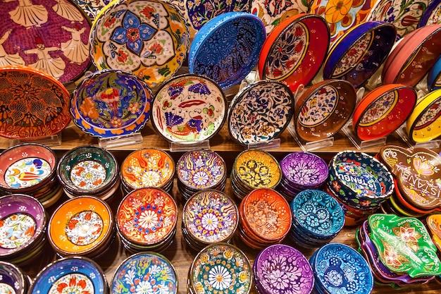 トルコ、イスタンブールのグランドバザール市場で販売されているさまざまなカラフルなセラミックプレート
