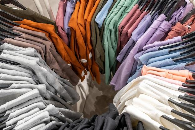 店内のハンガーに色とりどりの洋服を取り揃えております
