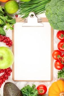 Разнообразие красочных фруктов и овощей