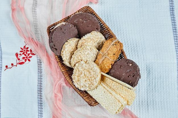 Разнообразие печенья в блюде на синем пространстве.