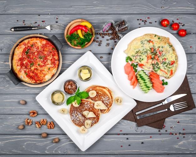 Разнообразие вкусной еды на столе