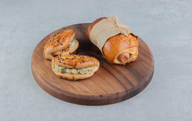 木の板にさまざまな美味しいペストリー。