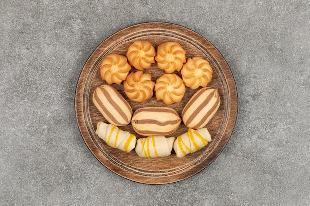 Разнообразие вкусных сладостей на деревянной доске. k