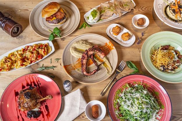さまざまな魚や肉の食事。さまざまな料理のビュッフェの上面図。ビュッフェ、宴会、前菜、レストランメニューのコンセプト。
