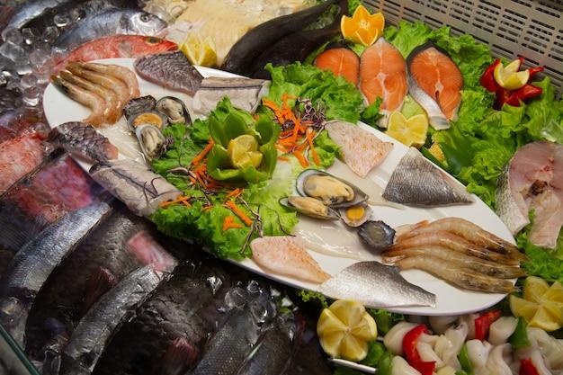市場で氷の上にあるさまざまな魚。