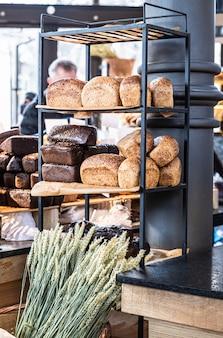베이커리 샵의 선반에 다양한 신선한 구운 장인 빵