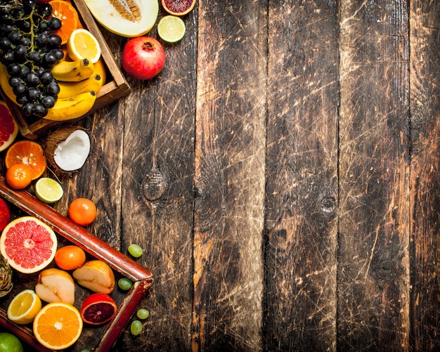さまざまな新鮮な果物。木製のテーブルの上。