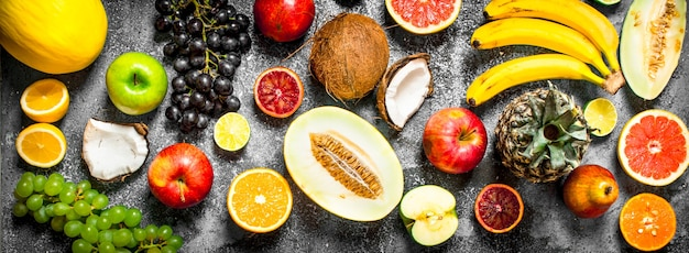 さまざまな新鮮な果物。素朴な背景に。