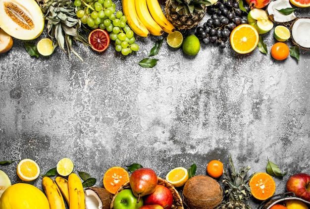 Разнообразие свежих фруктов на деревенском столе.