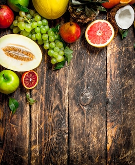 Разнообразие свежих фруктов на деревянном столе.