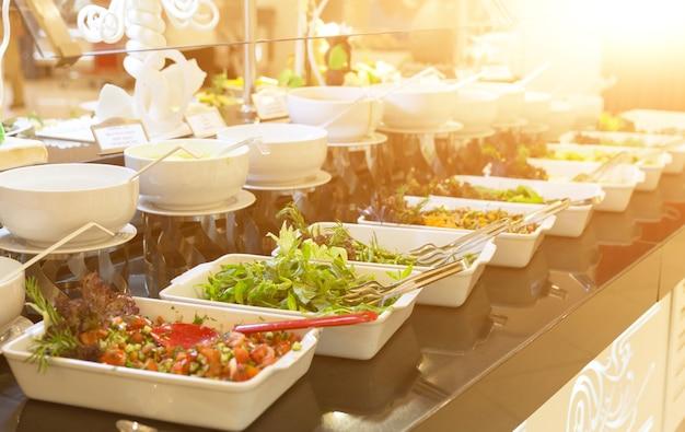 オールインクルーシブホテルまたは健康的な食事のビュッフェコンセプトの新鮮なサラダの多様性
