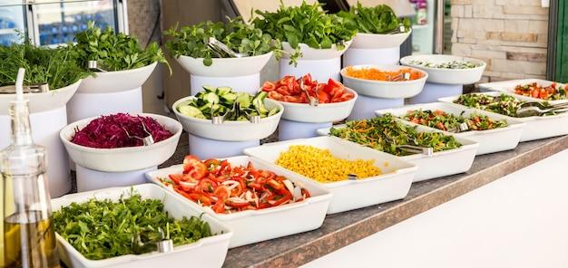 Разнообразие свежих салатов в концепции