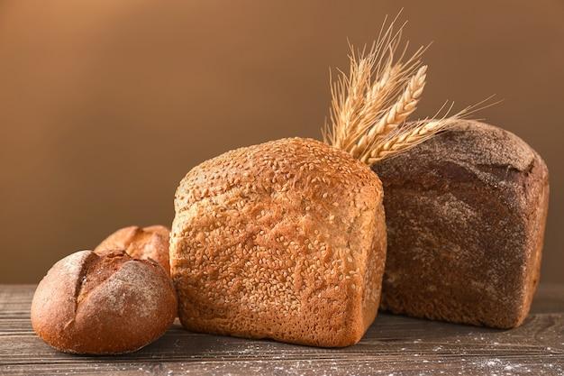 다양 한 나무 테이블에 신선한 맛있는 빵