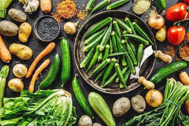 Разнообразие свежих вкусных овощей на темном