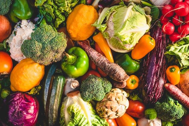 Разнообразие свежих овощей для детоксикации диеты.