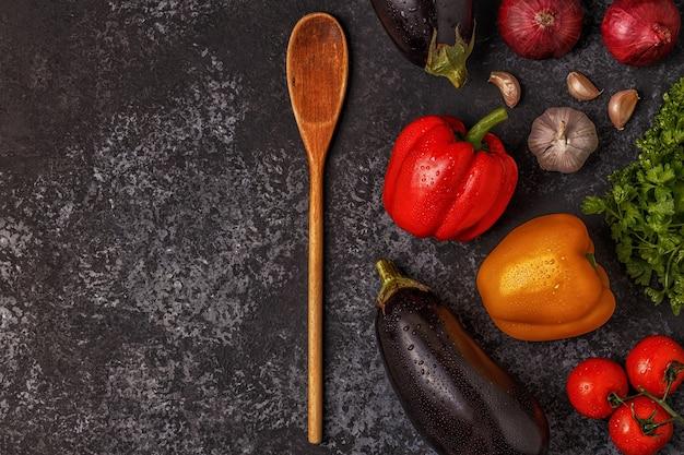 Разнообразие свежих овощей на темном столе